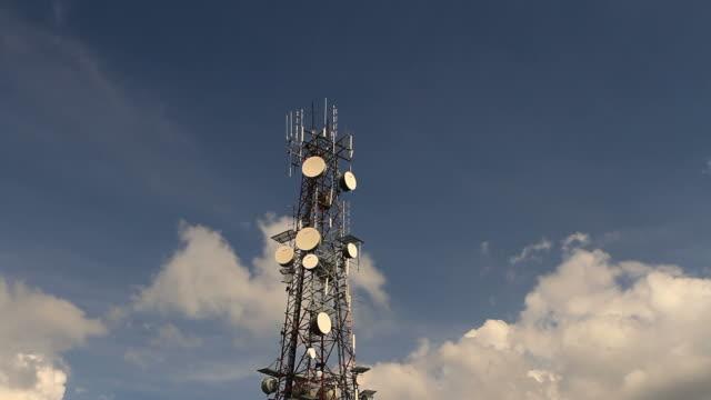Nuvole in movimento sopra la torre di comunicazione