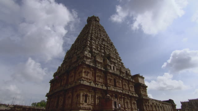 t/l la ws clouds moving quickly behind brihadeeswarar temple / thanjavur, india - temple building stock videos & royalty-free footage