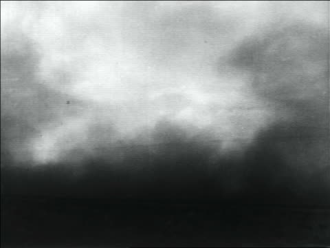vidéos et rushes de clouds of dust storm on plain / dust bowl / usa - grandes plaines américaines