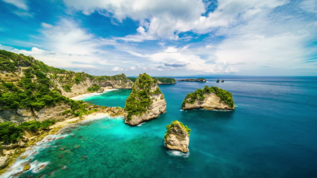 vídeos de stock e filmes b-roll de clouds over atuh beach nusa penida indonesia time lapse 4k - indonesia