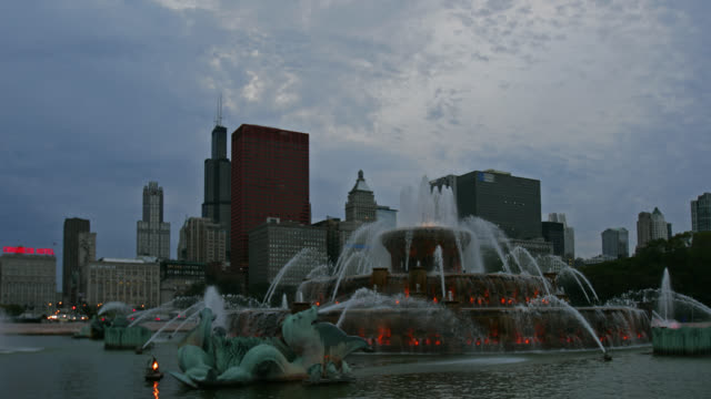 time lapse medium shot clouds over buckingham fountain with willis tower and cna-plaza in background, chicago, illinois - buckingham fountain stock videos and b-roll footage