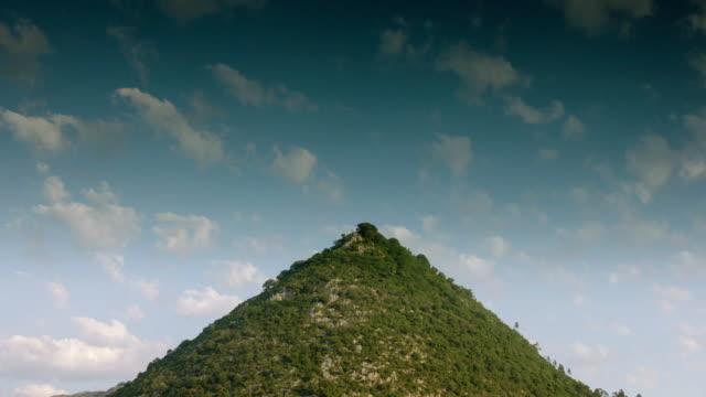 vídeos y material grabado en eventos de stock de tl clouds over conical hill in spain - triángulo