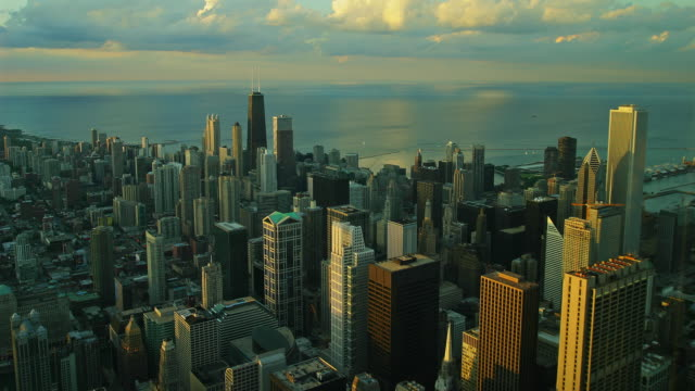 time lapse high angle wide shot clouds over downtown chicago cityscape along water at sunset, illinois - two prudential plaza stock videos & royalty-free footage