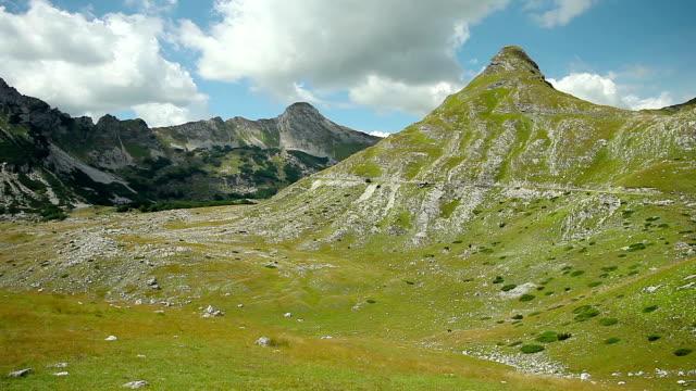 wolken über durmitor national park von montenegro, zeitraffer - naturpark stock-videos und b-roll-filmmaterial