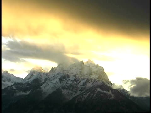 ms, clouds over grand teton at sunset, grand teton national park, wyoming, usa - parco nazionale del grand teton video stock e b–roll