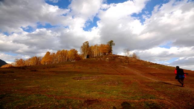 vídeos y material grabado en eventos de stock de nubes sobre colinas por la tarde - paisaje mosaico