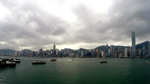 vidéos et rushes de clouds over hong kong harbour, time-lapse - pince à papier