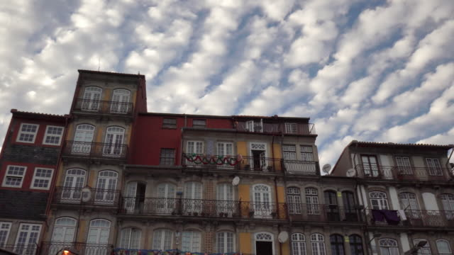 vídeos y material grabado en eventos de stock de clouds over houses in porto, portugal at dusk - límite