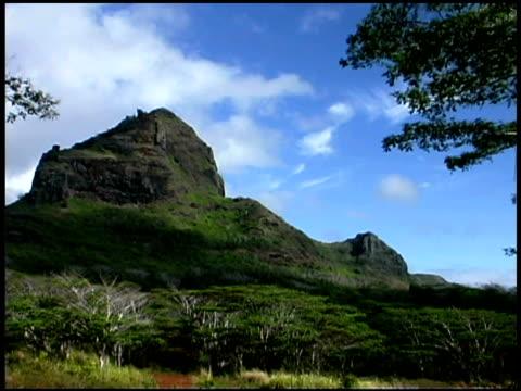 stockvideo's en b-roll-footage met clouds over mountain, kauai, hawaii - oceanië