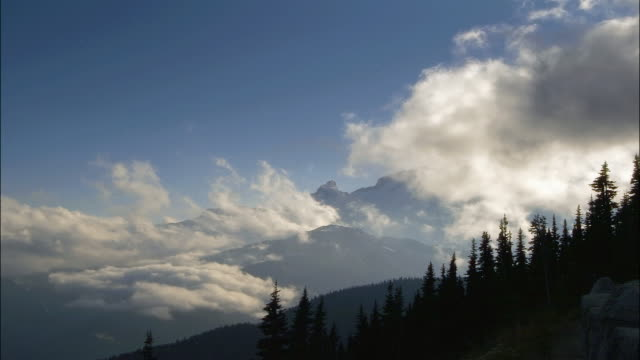 t/l, ws clouds over mountains, mount rainer national park, washington, usa - mt rainier national park stock videos & royalty-free footage