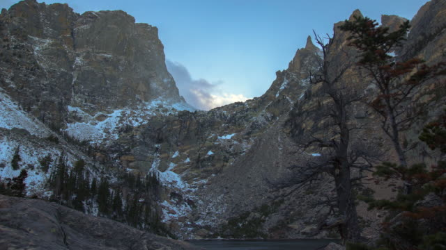 stockvideo's en b-roll-footage met clouds over mountains time-lapse - estes park