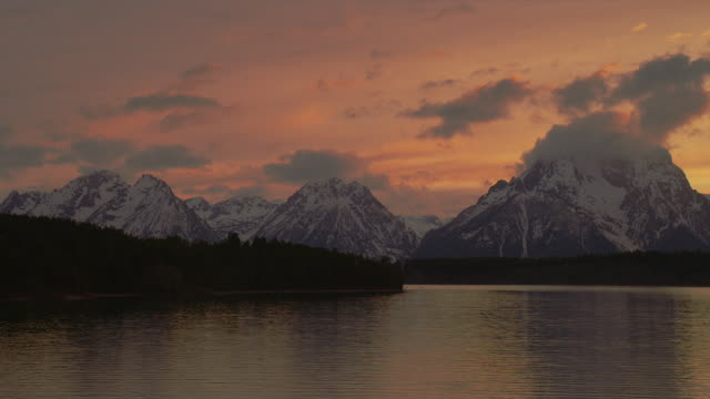wide pan clouds over mt moran and snake river at sunset, grand teton national park, wyoming - mt moran stock videos & royalty-free footage