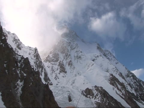 clouds over peak of k2, chinese-pakistani border - appuntito video stock e b–roll