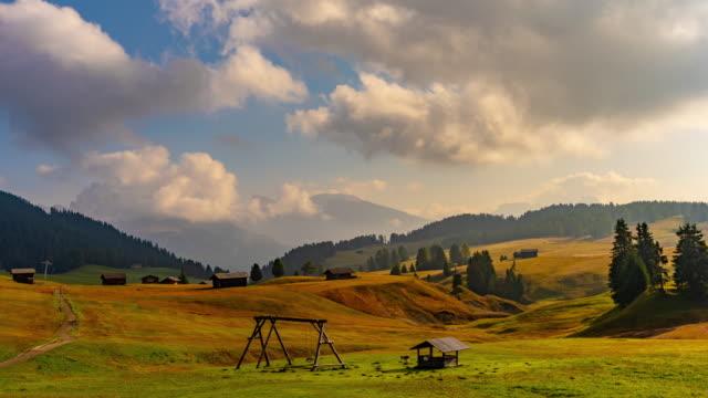 vídeos y material grabado en eventos de stock de ws time lapse nubla sobre soleado e idílico paisaje montañoso, alpe di suisi, dolomitas, italia - menos de diez segundos