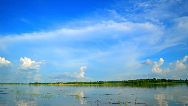 雲の湖の上で