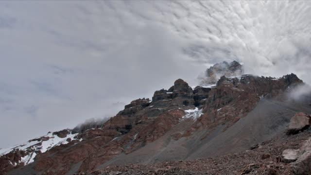 stockvideo's en b-roll-footage met t/l clouds over, thorung la rockscape, himalayas - annapurna range