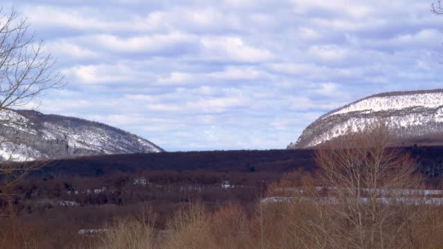 vídeos y material grabado en eventos de stock de timelapse de nubes sobre valley - delaware water gap