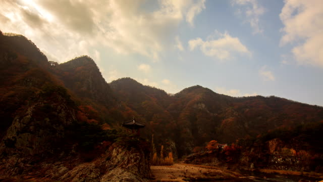 vídeos de stock e filmes b-roll de clouds over wollyubong mountaintop (one of the 8 famous spots in hwanggan area) in yeongdonggun, chungcheongbuk-do in autumn - belveder