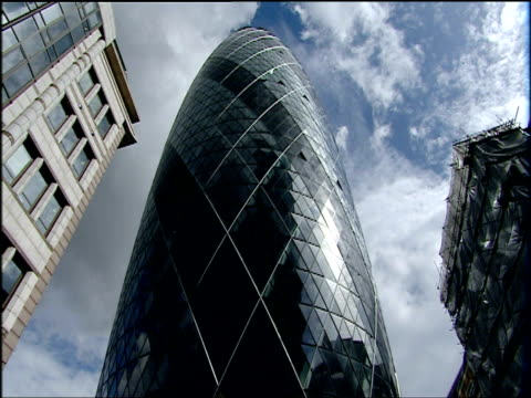 clouds pass over 30 st mary axe (also known as 'the gherkin') london - stadtzentrum stock-videos und b-roll-filmmaterial
