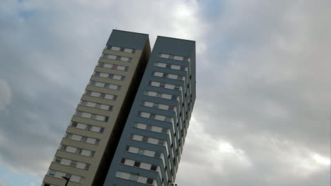 vidéos et rushes de clouds pass over a high rise tower block in north london - hlm