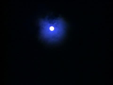 stockvideo's en b-roll-footage met clouds pass the moon in the night sky. - de ruimte en astronomie