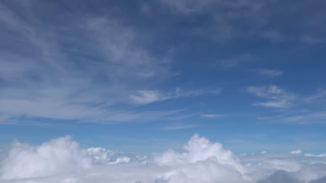 vídeos de stock, filmes e b-roll de nuvens de avião janela de passagem - passar a frente