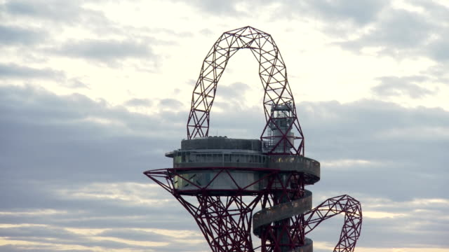 clouds passing behind the top of the busy mittal orbit in the london 2012 olympic park as the sun sets timelapse olympic orbit tower at olympic park... - 2012年ロンドン夏季オリンピック点の映像素材/bロール