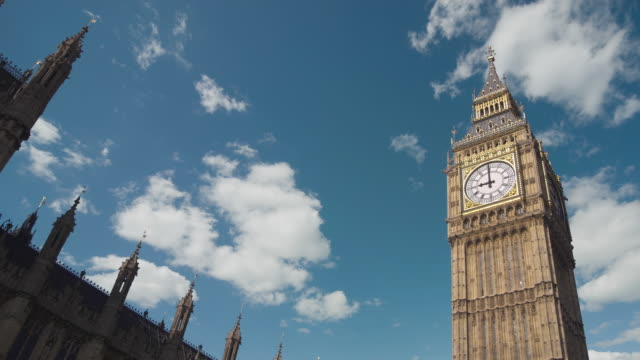 la t/l ms clouds passing over big ben/ london, england - ビッグベン点の映像素材/bロール