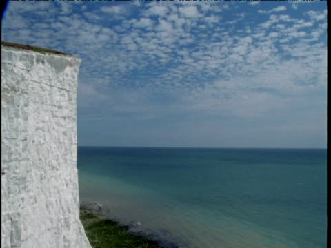 clouds race over sea and white chalk cliffs seven sisters - kreidefelsen stock-videos und b-roll-filmmaterial