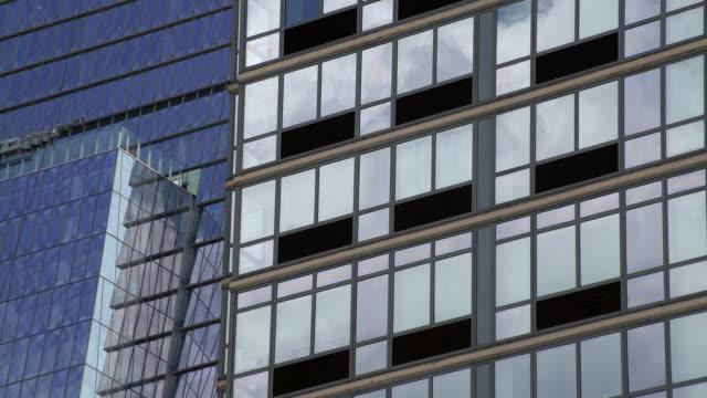 clouds reflect of new york city skyscraper. - medium shot stock videos & royalty-free footage