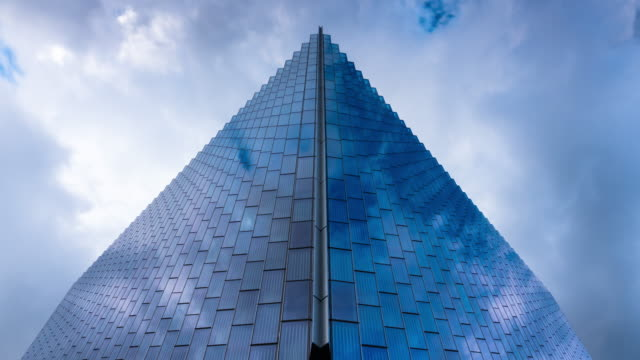 vídeos y material grabado en eventos de stock de clouds reflected in glass walls - arquitectura exterior