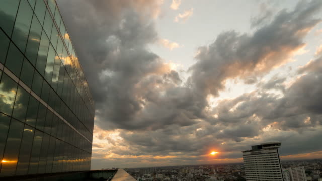 stockvideo's en b-roll-footage met wolken tot uiting in windows van moderne kantoorgebouw - gevel