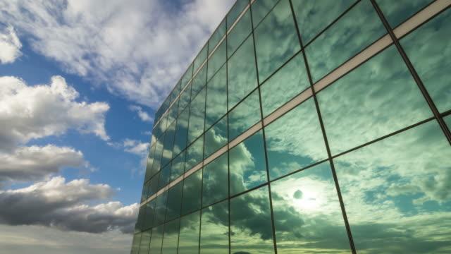 Spiegelung der Wolken im Büroturm in der Dämmerung