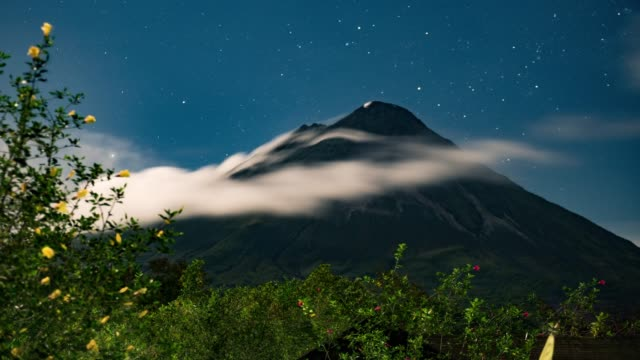 clouds rolling over arenal volcano in costa rica - costa rica video stock e b–roll