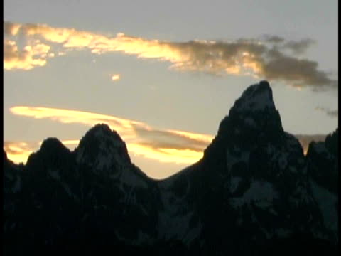 ms, clouds rolling over grand teton in evening light, grand teton national park, wyoming, usa - grand teton stock-videos und b-roll-filmmaterial