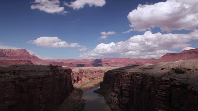 vidéos et rushes de t/l clouds rolling over the colorado river and surrounding red rock plateaus / marble canyon, arizona, united states - marble rock