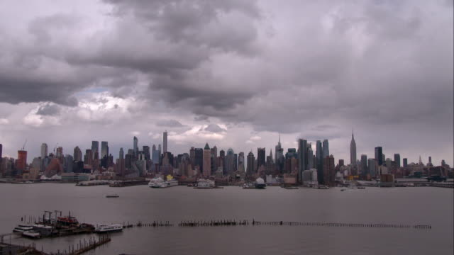 clouds rolling over the manhattan skyline on an overcast day - overcast stock videos & royalty-free footage