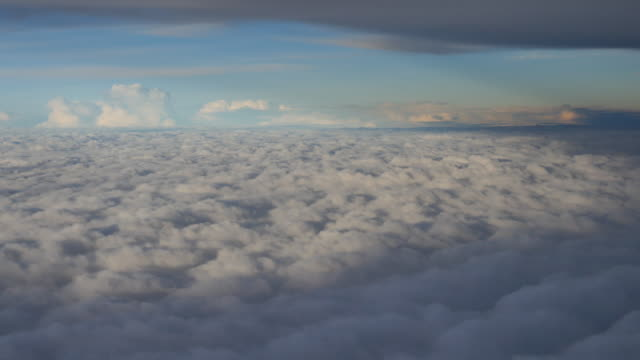 Wolken gesehen durch das Fenster des Flugzeug