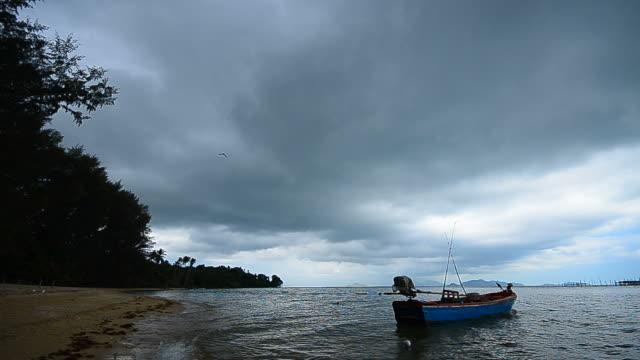 vídeos y material grabado en eventos de stock de nubes de tormenta sobre el mar - full hd format