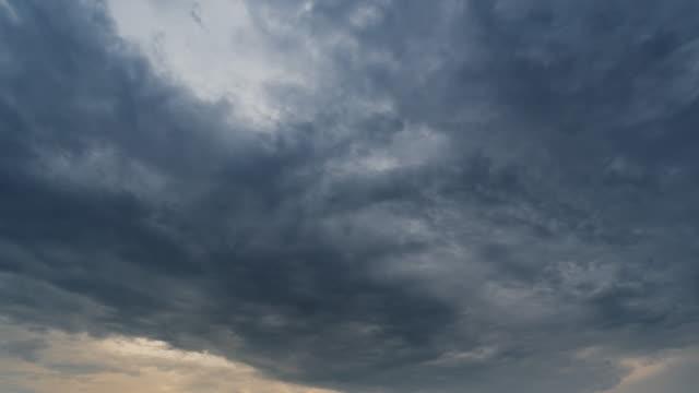 vídeos y material grabado en eventos de stock de nubes de atardecer y nubes de tormenta 4k lapso de tiempo. - stormy cloud