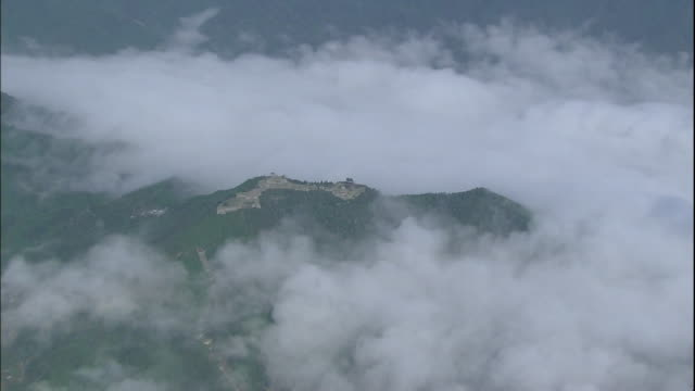 clouds surround the summit  around the ruins of takeda castle in hyogo, japan. - 遺跡点の映像素材/bロール