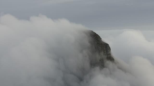 clouds surrounding lion's head in cape town - ライオンズヘッド点の映像素材/bロール