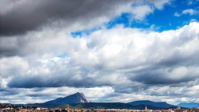 vídeos de stock, filmes e b-roll de clouds timelapse ove the city of aix-en-provence - aix en provence