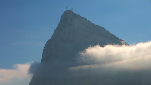 stockvideo's en b-roll-footage met clouds travelling past peak of rock of gibraltar - gibraltar iberisch schiereiland