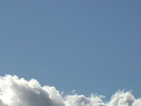 vídeos de stock, filmes e b-roll de nuvens sublinhar o blue 17s pal 25qps - copy space