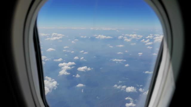 vidéos et rushes de nuages dans le ciel depuis la fenêtre de l'avion, vue aérienne, travelling sur chariot - hublot