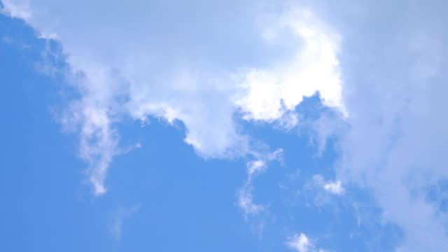cloudscape hintergrund. - low angle view stock-videos und b-roll-filmmaterial