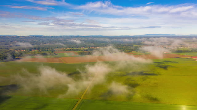 田舎のh/l雲風景 - ハイパーラプス点の映像素材/bロール
