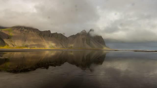 T/L Wolkengebilde über isländische Felsenküste