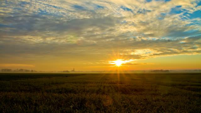 HD-ZEITRAFFER: Wolkengebilde über die Landschaft